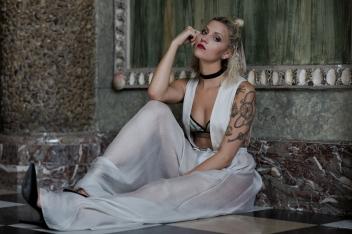 Foto: Darius Ansari, Mode: Jasmin Schulz, Model: Vivien Gebhardt Video: Jens Reinemer, Assistentin: Lisa Hilbig